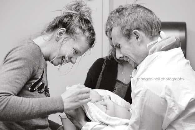 10 συγκινητικές φωτογραφίες μπαμπάδων που αντίκρυσαν για πρώτη φορά το μωρό τους