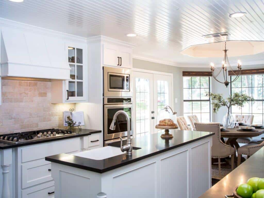 BP_HFXUP204H_Holt_kitchen_AFTER_kitchen-island_467509-1039369.jpg.rend.hgtvcom.1280.960