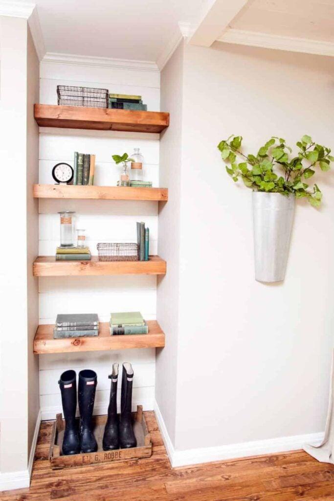 BP_HFXUP210H_King_living-room_detail_custom-shelves_169628_541179-1097262.jpg.rend.hgtvcom.1280.1920