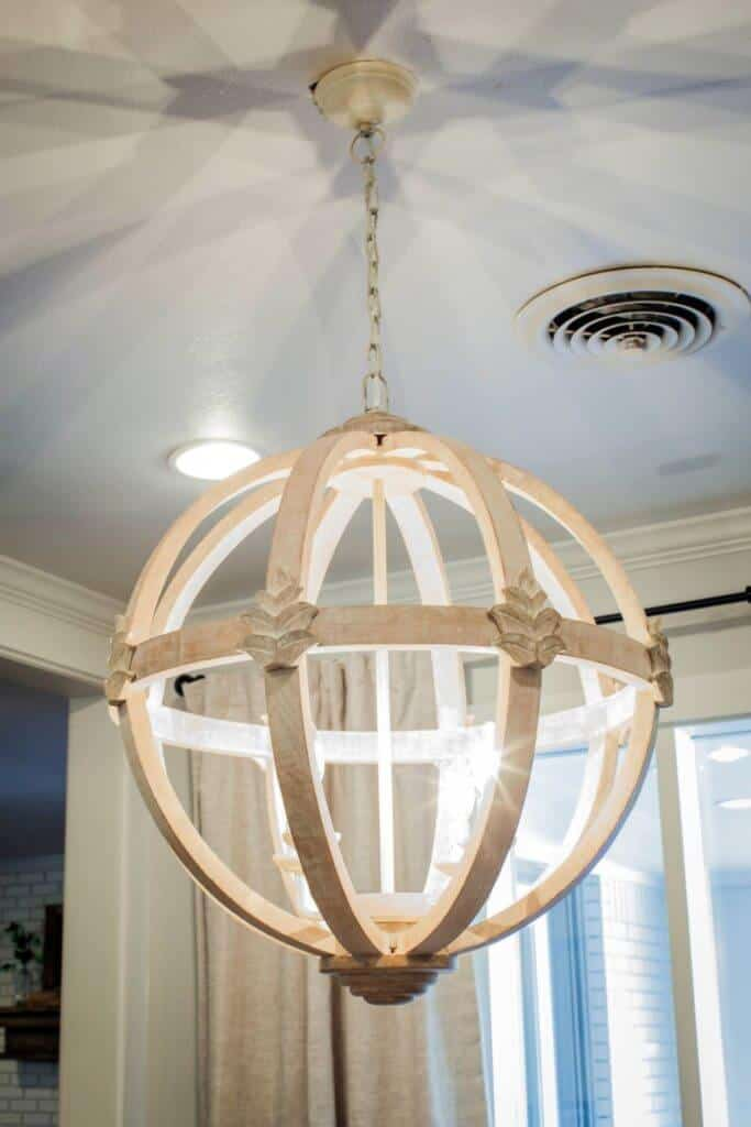 BP_HFXUP213H_Reed_breakfast-nook_detail_chandelier_167308_530980.1088373.jpg.rend.hgtvcom.1280.1920