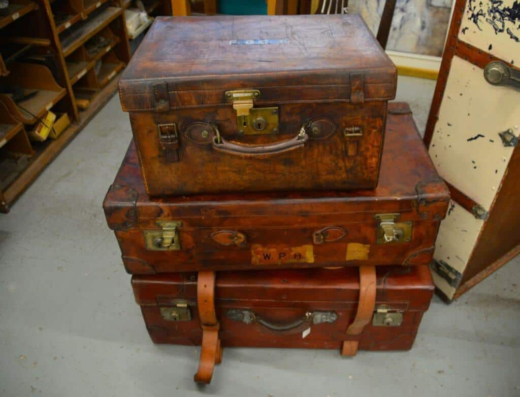 vintage-suitcases-bedroom-storage