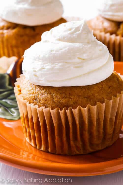 Pumpkin-Cupcakes-with-Marshmallow-Frosting